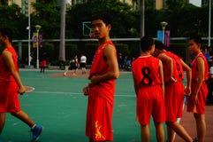 Juego de baloncesto de la escuela secundaria Fotos de archivo libres de regalías