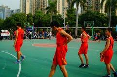 Juego de baloncesto de la escuela secundaria Imagen de archivo libre de regalías