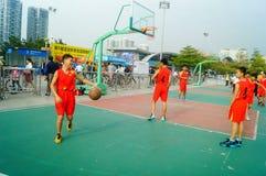 Juego de baloncesto de la escuela secundaria Fotografía de archivo libre de regalías