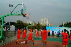 Juego de baloncesto de la escuela secundaria Fotografía de archivo