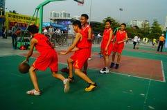 Juego de baloncesto de la escuela secundaria Imagenes de archivo