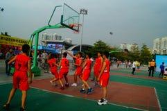 Juego de baloncesto de la escuela secundaria Foto de archivo libre de regalías