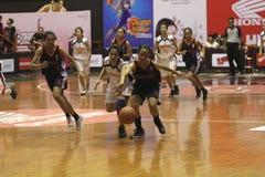 Juego de baloncesto entre la High School secundaria Fotografía de archivo libre de regalías