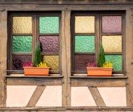 Juego de colores - ventana de un Fachwerkhaus imagenes de archivo