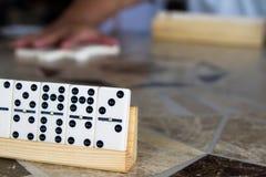 Juego de dominós con los amigos Imagen de archivo libre de regalías
