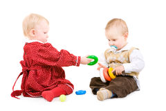 Juego de dos niños junto Fotografía de archivo