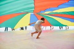 Juego de equipo de los niños o de los adolescentes al aire libre Foto de archivo