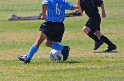 Juego de fútbol de los muchachos Foto de archivo libre de regalías