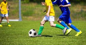 Juego de fútbol del fútbol Futbolistas de los jugadores que funcionan con y que juegan a las FO Imágenes de archivo libres de regalías