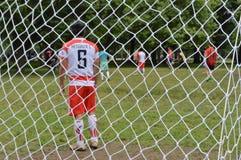 Juego de fútbol en el parque imagen de archivo libre de regalías
