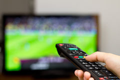 Juego de fútbol de observación en la TV Imagenes de archivo