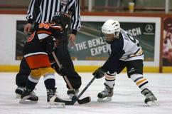 Juego de hockey de la juventud con una cara a cara con los niños Imágenes de archivo libres de regalías