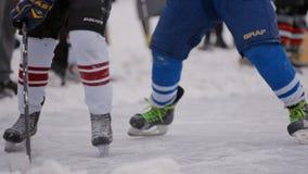 Juego de hockey en el campo del hockey Deporte de invierno Carrocería parts almacen de video