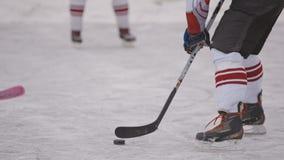 Juego de hockey en el campo del hockey Deporte de invierno Carrocería parts almacen de metraje de vídeo