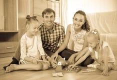 Juego de la familia en el juego de la loteria Foto de archivo