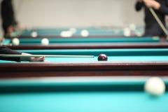 Juego de la gente en piscina en club del billar Foto de archivo libre de regalías