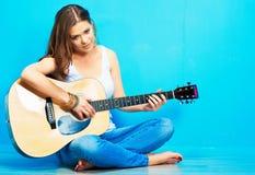 Juego de la guitarra de la muchacha del adolescente Foto de archivo libre de regalías