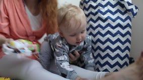 Juego de la mamá y del bebé junto almacen de metraje de vídeo