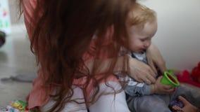 Juego de la mamá y del bebé junto metrajes
