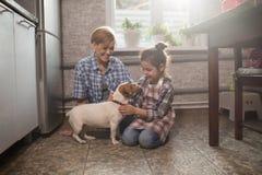 Juego de la mamá y de la hija con el perro fotos de archivo