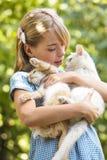 Juego de la muchacha con el gatito Imagen de archivo libre de regalías