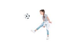 Juego de la muchacha con la bola del fútbol Fotos de archivo libres de regalías