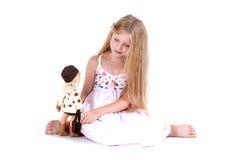 Juego de la muchacha con la muñeca Imagen de archivo libre de regalías