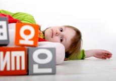 Juego de la muchacha con los ladrillos Foto de archivo libre de regalías