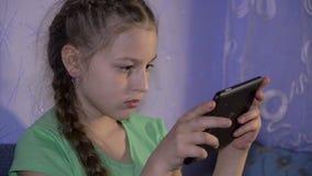 Juego de la muchacha con PC de la tableta almacen de metraje de vídeo