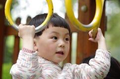 Juego de la muchacha los anillos de balanceo Foto de archivo