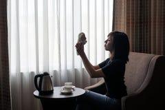 Juego de la mujer con el juguete de la muñeca del oso de peluche en la habitación Fotografía de archivo libre de regalías