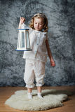 Juego de la niña con la linterna Imagen de archivo