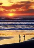 Juego A de la playa de la puesta del sol Imagen de archivo libre de regalías