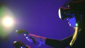 Juego de la realidad virtual del juego 3D de la mujer Lanzamientos con los reguladores en un juego de la pistola VR Muchacha que  almacen de video