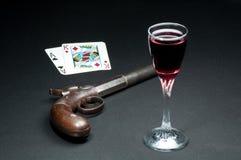 Juego de la veintiuna con el arma y el vino Imagen de archivo libre de regalías