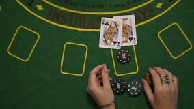 Juego de juego de la veintiuna, jugador ganado, tabla de la cubierta verde de las tarjetas de microprocesadores de la apuesta, vi metrajes