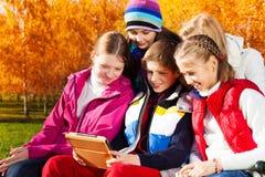 Juego de las adolescencias con la tableta digital Fotografía de archivo libre de regalías