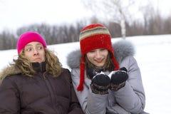 Juego de los amigos de muchacha en nieve Imágenes de archivo libres de regalías