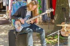 Juego de los artistas de la calle en los instrumentos en Farmer' mercado de s Foto de archivo libre de regalías
