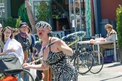 Juego de los artistas de la calle en los instrumentos en Farmer' mercado de s Fotos de archivo libres de regalías