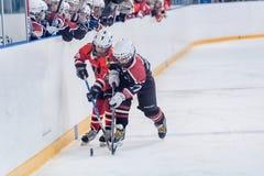 Juego de los equipos del hielo-hockey de los niños Imágenes de archivo libres de regalías
