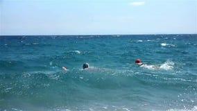 Juego de los muchachos en el mar almacen de video