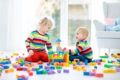 Juego de los niños con los bloques del juguete Juguetes para la ilustración de children Imagenes de archivo
