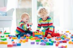Juego de los niños con los bloques del juguete Juguetes para la ilustración de children Fotografía de archivo libre de regalías