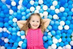 Juego de los niños en hoyo de la bola Niño que juega en piscina de las bolas fotos de archivo libres de regalías