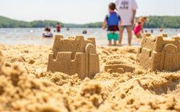 Juego de los niños en la playa con la arena fotografía de archivo