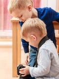 Juego de los niños pequeños con la cámara Imagen de archivo libre de regalías