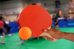 Juego de los tenis de mesa en el gimnasio Foto de archivo libre de regalías