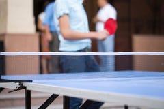 Juego de los tenis de mesa con una tabla azul Imagen de archivo