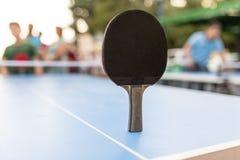 Juego de los tenis de mesa con una tabla azul Fotografía de archivo libre de regalías